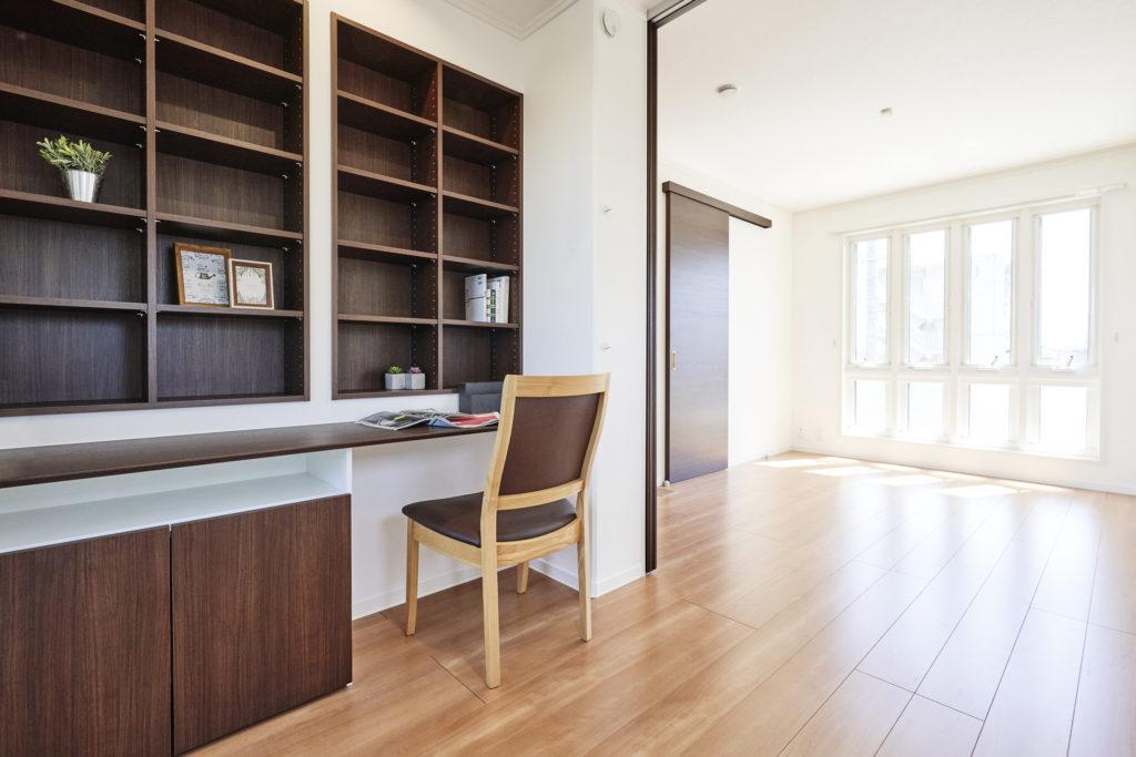 寝室内にある書斎には造り付けデスクと書棚を用意しています。