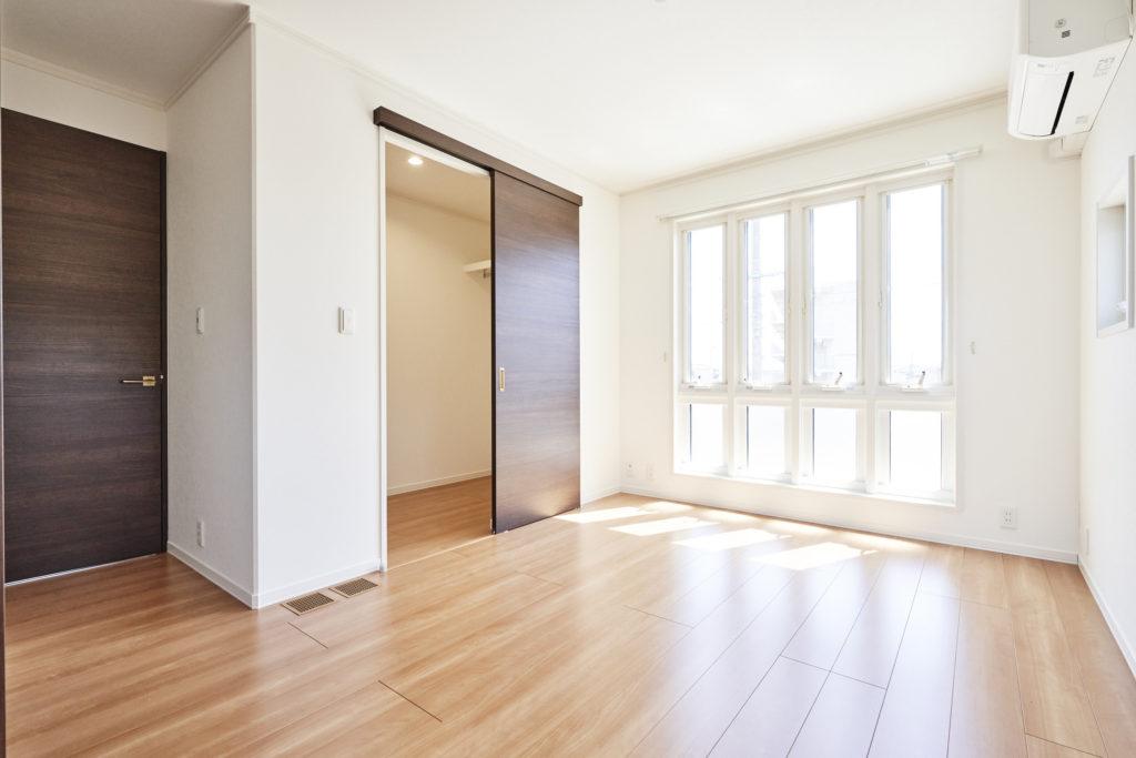 ウォークイン収納のある主寝室。4連窓は外観のポイントにも。