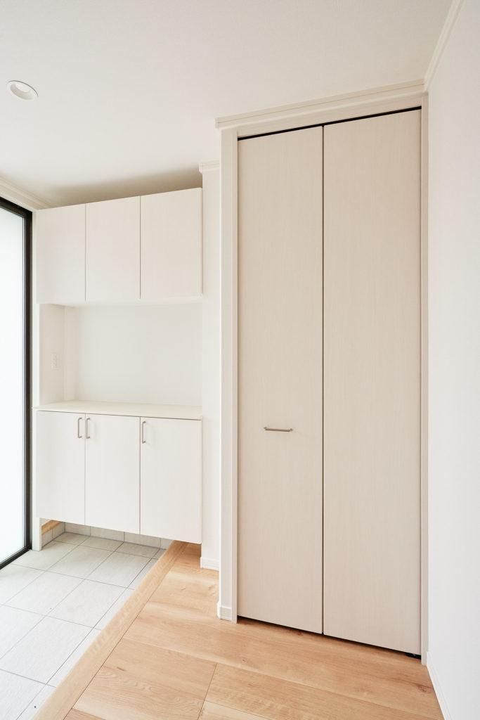 上着やカバン類、掃除道具など整理整頓できる収納を玄関に追加。