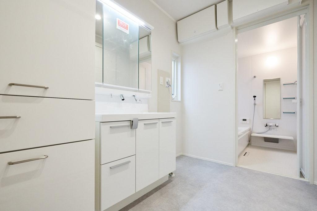 洗面台横にも大きな収納。案外モノが溢れる洗面室もバッチリ。